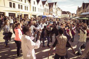 Tanzende Menge, Begegnungsfest 2015